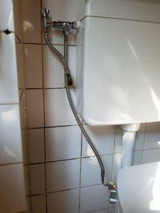 Installatie stroomloze douchewc op staande toilet